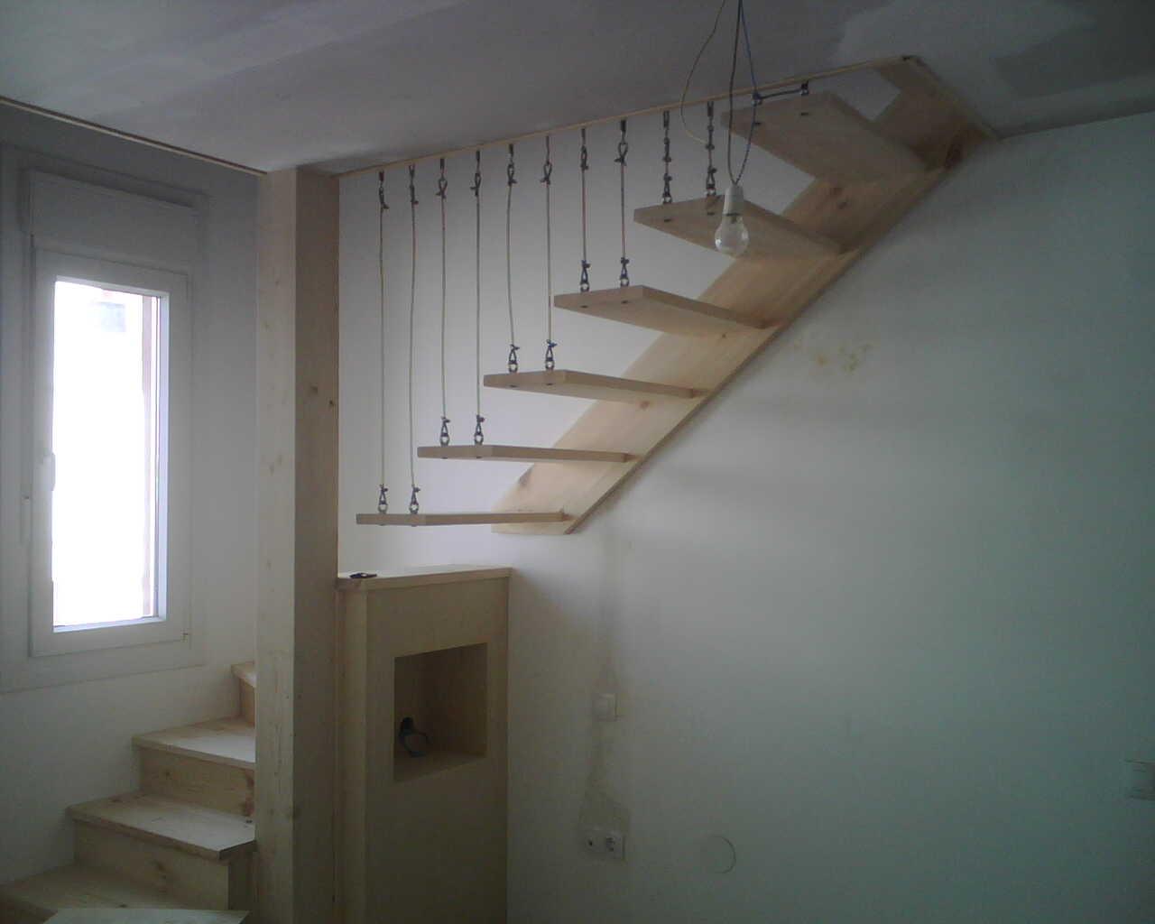 Escalera colgante grupo arciniega - Escaleras con peldanos de madera ...
